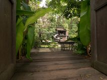Offene Türen, zum im Garten zu arbeiten Weg und Kaffeestube stockbilder