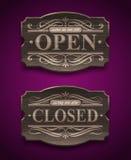 Offene und geschlossene hölzerne Weinlesezeichen Stockfotografie