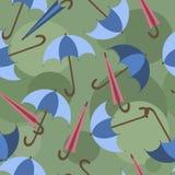 Offene und geschlossene Regenschirme auf einem grünen Hintergrund, Muster Lizenzfreie Stockbilder