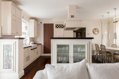 Offene und sonnige Küche Stockbild