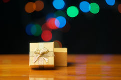Offener Deckel des Goldpräsentkartons lassen buntes bokeh explodieren Lizenzfreie Stockfotografie