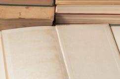Offener freier Raum des alten Buches vor Buchstapel lizenzfreie stockfotografie