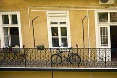 Offener geräumiger Balkon des Wohnhochhauses, verziert mit Blumen stockfotos