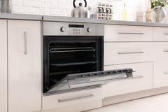 Offener moderner Ofen errichtete lizenzfreie stockfotografie