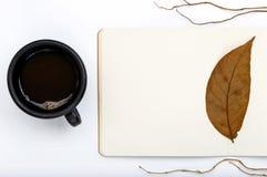 Offener Notizblock mit fallenden Blättern und Tasse Kaffee des Herbstes Lizenzfreie Stockbilder