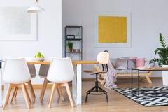 Offener Raum mit Malerei lizenzfreies stockbild