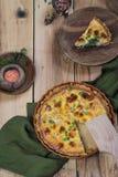 Offener runder Kuchen mit Käse und grünen Erbsen auf einem hölzernen Hintergrund stockbild