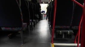 Offener Schuss zwischen Sitzen von den Passagieren, die innerhalb des Busses beim Reisen sitzen stock video