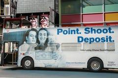 Offener Sightseeing-Tour-Bus an der im Stadtzentrum gelegenen Straße Lizenzfreie Stockfotos