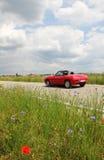 Offener Tourenwagen auf dem Weg, mit übergeschwindigkeit Lizenzfreie Stockfotografie