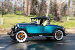 Offener Tourenwagen 1927 Chryslers 60, der auf Landstraße fährt Stockfoto