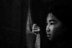Offener Vorhang des Mädchens, der draußen mit abwesendem gekümmert schaut Stockbilder
