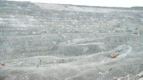 Offener weißer Steinbruchbergbau Tagebau mit Mehrweg- Aushöhlung von den Mineralien tief gewurzelt in der Erde und in der Schaden stock video footage