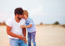 Offenes Bild des Vaters und des Sohns, die zusammen, Spaß habend lacht lizenzfreie stockfotografie