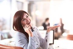 Offenes Bild einer Geschäftsfrau, die in einem Café arbeitet Lizenzfreies Stockfoto