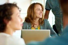 Offenes Bild einer Gruppe mit erfolgreichen Geschäftsleuten fing in einer lebhaften Sitzung über Brainstorming lizenzfreies stockfoto