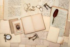 Offenes Buch, alte Buchstaben und Handschriften Lizenzfreies Stockbild