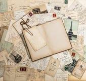 Offenes Buch, alte Buchstaben und Postkarten Reiseeinklebebuch Frankreich-PA stockfoto