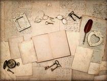 Offenes Buch, antikes Zubehör der Weinlese, Buchstaben Lizenzfreie Stockfotografie