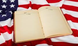 Offenes Buch auf amerikanischer Flagge Lizenzfreie Stockfotografie