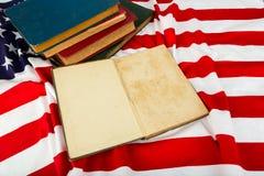 Offenes Buch auf amerikanischer Flagge Lizenzfreies Stockfoto