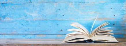 Offenes Buch auf blauem grungy Hintergrund lizenzfreie stockbilder