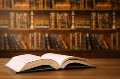 Offenes Buch auf dem Schreibtisch lizenzfreie stockfotos