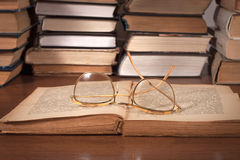 Offenes Buch auf dem Tisch und Gläser Stockfoto