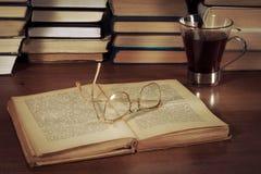 Offenes Buch auf dem Tisch und Gläser Lizenzfreie Stockbilder