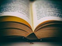 Offenes Buch auf einem Holztisch Lizenzfreie Stockfotografie