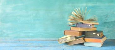 Offenes Buch auf einem Stapel Büchern stockfotos