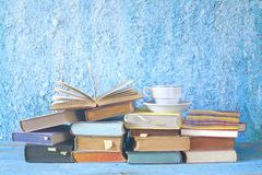 Offenes Buch auf einem Stapel Büchern, Lesung, lernend, Bildung conc Stockfoto