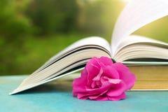 Offenes Buch auf einer blauen Tabelle in der Natur Stockfotos