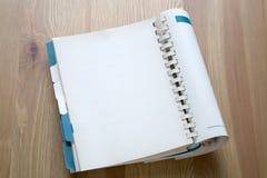 Offenes Buch auf Schreibtischhintergrund lizenzfreies stockfoto