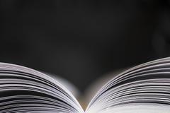 Offenes Buch auf schwarzem Hintergrund Lizenzfreies Stockfoto