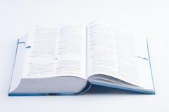 Offenes Buch auf weißem Hintergrund Stockbilder
