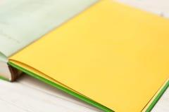 Offenes Buch auf weißer Tabelle Stockfotos