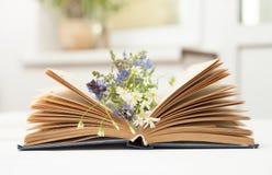 Offenes Buch auf weißer Tabelle Stockfotografie