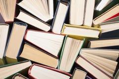 Offenes Buch, Bücher des gebundenen Buches auf Holztisch Scheren und Bleistifte auf dem Hintergrund des Kraftpapiers Zurück zu Sc Stockbilder