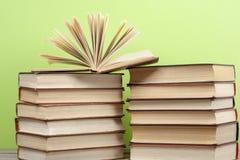 Offenes Buch, Bücher des gebundenen Buches auf Holztisch Scheren und Bleistifte auf dem Hintergrund des Kraftpapiers Zurück zu Sc Stockfoto