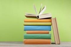 Offenes Buch, Bücher des gebundenen Buches auf Holztisch Scheren und Bleistifte auf dem Hintergrund des Kraftpapiers Zurück zu Sc Stockbild