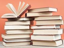 Offenes Buch, Bücher des gebundenen Buches auf Holztisch Scheren und Bleistifte auf dem Hintergrund des Kraftpapiers Zurück zu Sc Lizenzfreie Stockfotos