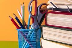 Offenes Buch, bookson des gebundenen Buches heller bunter Hintergrund Lizenzfreies Stockfoto