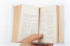 Offenes Buch, bunte Bücher des gebundenen Buches auf Holztisch Zurück zu Schule Kopieren Sie Raum für Text Bildungsgeschäftskonze Stockbilder