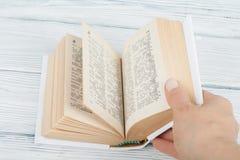 Offenes Buch, bunte Bücher des gebundenen Buches auf Holztisch Zurück zu Schule Kopieren Sie Raum für Text Bildungsgeschäftskonze Stockfotografie