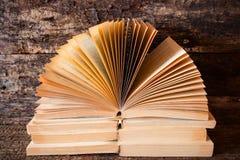 offenes Buch der alten Bücher mit den Seiten heraus aufgelockert Lizenzfreie Stockfotos