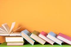 Offenes Buch, gebundenes Buch bucht auf hellem buntem Hintergrund Lizenzfreies Stockfoto
