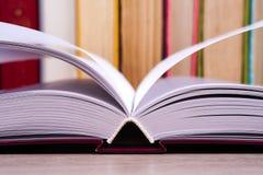 Offenes Buch, gebundenes Buch bucht auf hellem buntem Hintergrund Stockfotografie