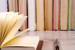 Offenes Buch, gebundenes Buch bucht auf hellem buntem Hintergrund Stockbilder