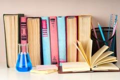 Offenes Buch, gebundenes Buch bucht auf hellem buntem Hintergrund Lizenzfreie Stockfotos
